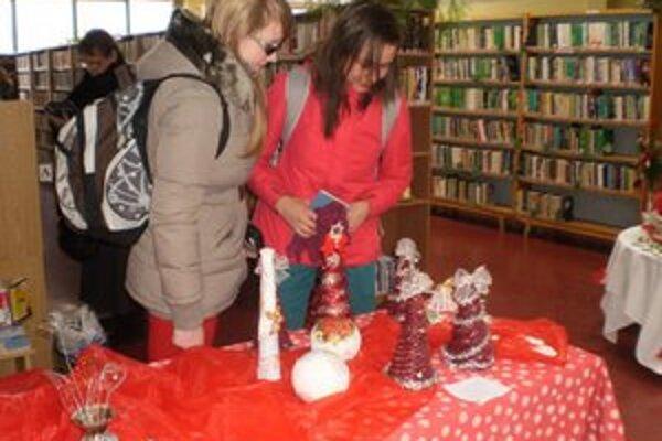 Malý vianočný jarmok. Netradičné výrobky si návštevníci mohli obzrieť i zakúpiť v knižnici.