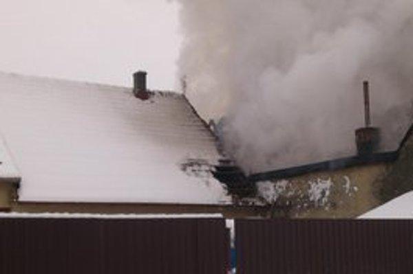 Požiar. Plamene rodine zhltli strechu nad hlavou.