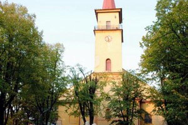 Miesto pre tabuľu má byť v parku v centre mesta pri kostole.