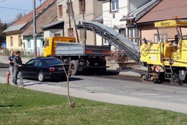Práce na ceste. Takto začínali s opravami v Podolínci.