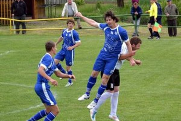 Zápas v Kľušove. Ján Fröhlich v úspešnom súboji o loptu, pred ním Jakub Tinath, vzadu Lukáš Vandžura.