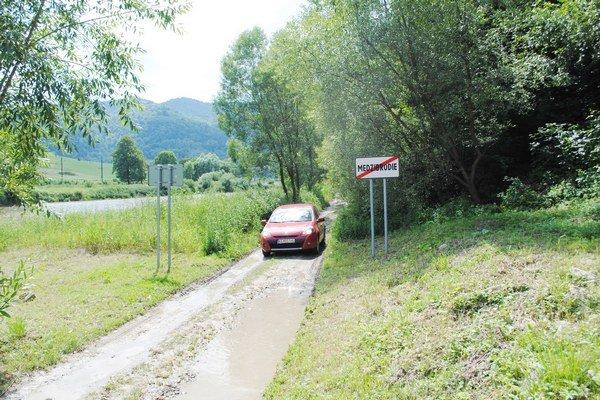 Poľná cesta so značkami. Takto vyzerá vjazd do Medzibrodia.