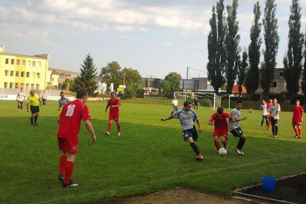 Stredajší zápas v Kežmarku. Futbalistom Starej Ľubovne vyšiel výborne, keď už do prestávky strelili domácim dva góly a po zmene strán pridali ďalšie dva.