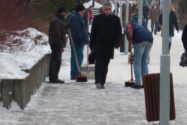 Čistenie chodníkov. Zima bola zatiaľ vďaka počasiu  finančne menej náročná.