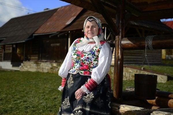 Mária Kaňová v jarabinskom dievčenskom kroji.
