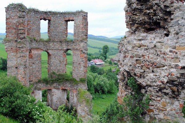 Zrúcaniny hradu Plaveč.