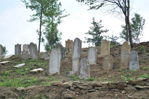 Židovský cintorín. Na jeho úplnú opravu nie je dostatok financií.