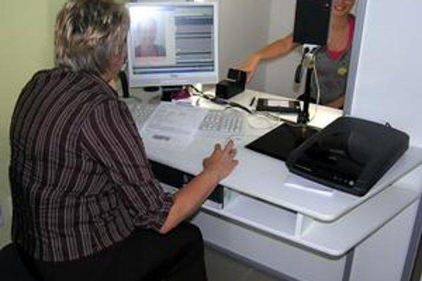 Nové pasy. Vydávajú ich na oddelení cestovných dokladov v budove Okresného riaditeľstva Policajného zboru v Starej Ľubovni.