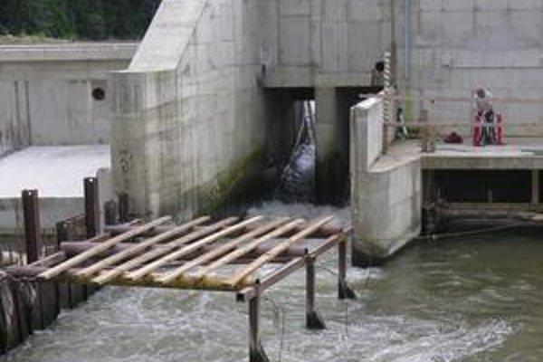 Celý objem rieky vyúsťuje cez tento nebezpečný priepust.