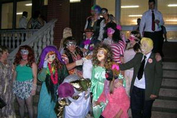 Masky v dobrej nálade odchádzajú na svadbu.