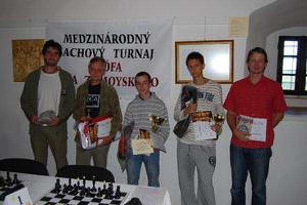 Kategória dospelí. Patrik Nemergut (v strede) sa stal celkovým víťazom.