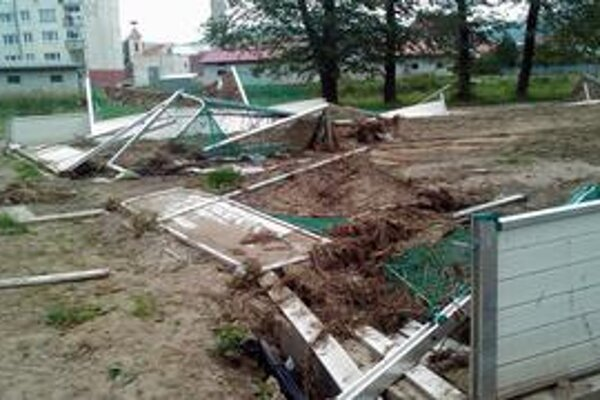 Ničivá voda. Nové ihrisko vyzeralo po povodni katastrofálne.