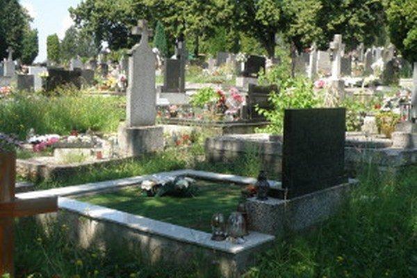 Na cintorínoch sa tráva zle kosí medzi hrobmi.