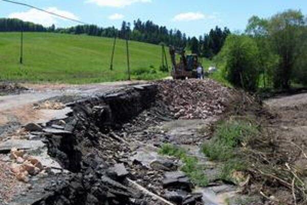 Cesty. V celom okrese boli na vozovkách spôsobené státisícové škody.