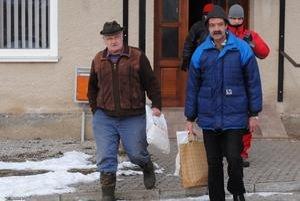 Z nákupu. Obyvatelia dedinky Legnava si pre chlebík zájdu na miestny úrad.