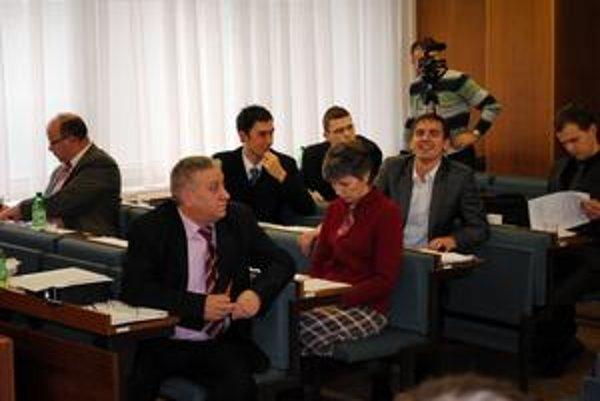 Poslanci Nové zastupiteľstvo túži vydať voličom signál v podobe šetrenia.