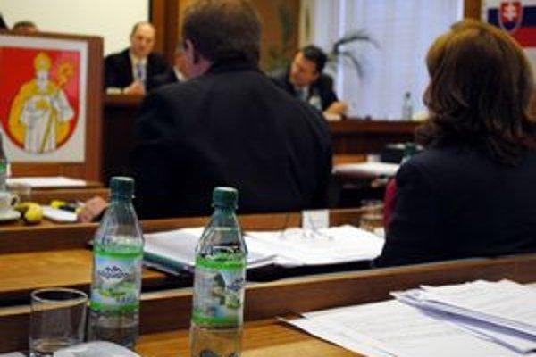 Hygiena. Mentálnu i duševnú pohodu si poslanci mohli udržať aj vďaka niekoľkým prestávkam, ale napríklad aj pravidelným používaním tekutín. Vodu mali nachytanú v niekoľkých pollitrových fľašiach.