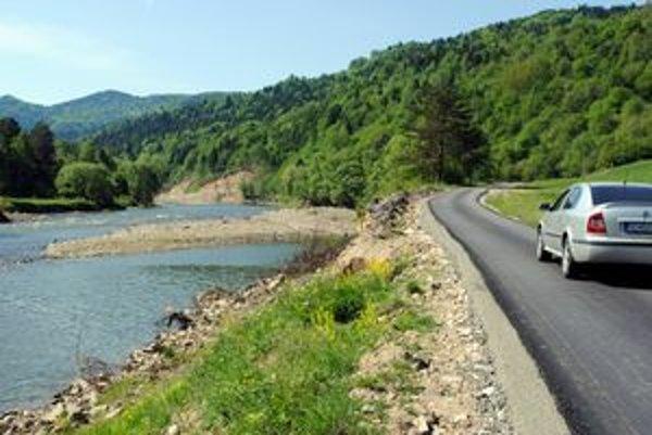 Nová asfaltka. Nedávno ju dobudovali v smere na Medzibrodie.