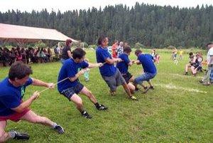 Preťahovanie lanom. Ak chceli chlapi bodovať, museli poriadne zabrať.