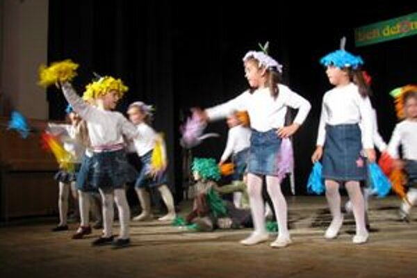 Ovocníčkovia. Tancom sa predviedli šikovné deti zo školy Za vodou.