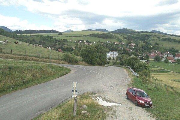 V tomto mieste sa zbiehajú cesty od Záboria, Turčianskeho Jasena a Horného Kalníka. Zrkadlo tu chýbalo.