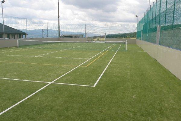 Multifunkčné ihrisko slúži futbalu, tenisu aj volejbalu.