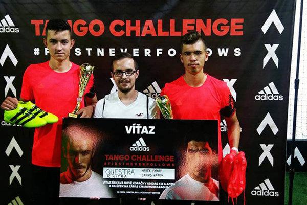 Marek Fábry (vľavo) a Jakub Záhon vyhrali prestížny turnaj a odniesli si atraktívne ceny. Medzi nimi Lukáš Kendra z firmy Adidas.