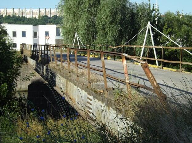 Na moste vedúcom k bývalému zelokvetu je diera.