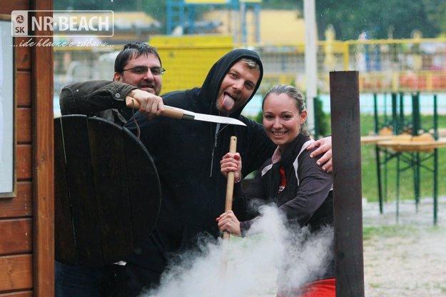Snímka z varenia guláša dokumentuje dobrú náladu, ktorá vládla na turnaji.