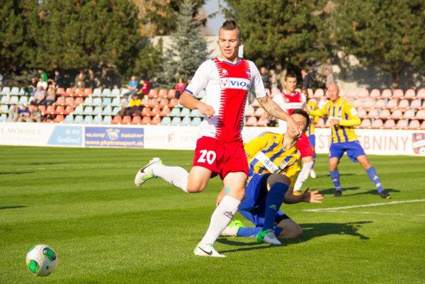 Snímka stará tri roky - Michal Obročník v drese FC ViOn. Zlatomoravský štadión už dnes vyzerá inak.