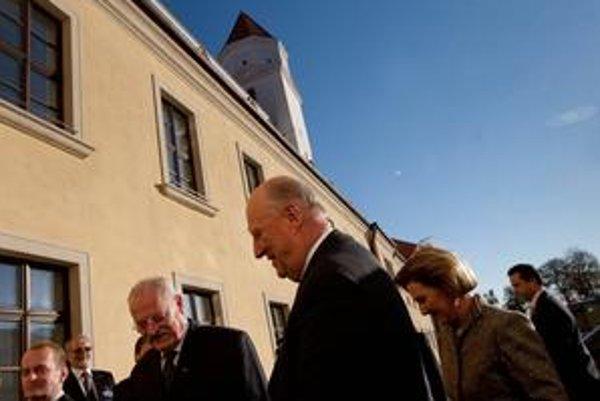 Kráľ Harald V. a kráľovná Sonja navštívili vinárstvo a galériu v Modre, boli aj na vernisáži o nórskom spisovateľovi Björnstjerne Björnsonovi na Bratislavskom hrade.