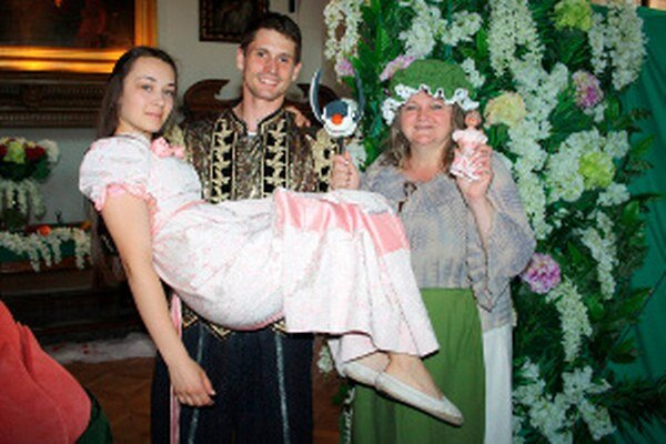 Palculienka, princ Majo a Palculienkina mama na bojnickom zámku.