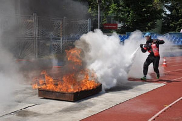Hasiči počas súťaže likvidovali oheň.