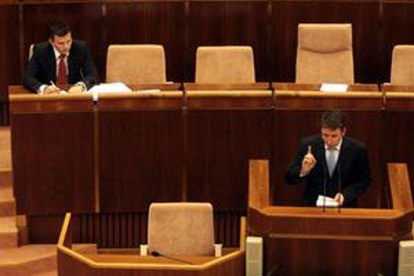 Minister financií Ivan Mikloš vraví, že nie je v silách vlády stlačiť schodok k plánovaným 5,5 percenta HDP. Bývalý minister financií Ján Počiatek mu oponuje, tvrdí že vláda má dostatok priestoru, aby schodok zredukovala.