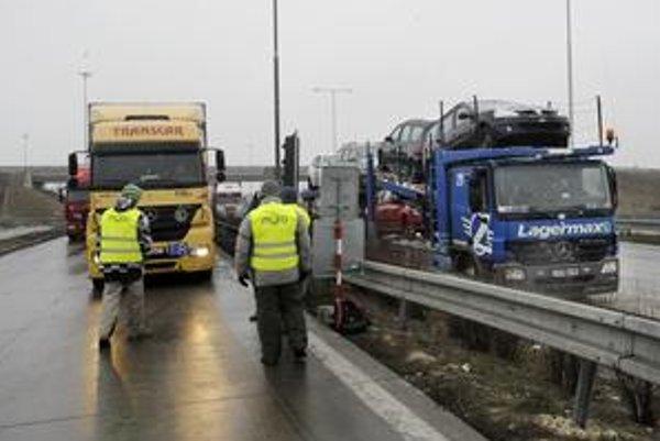 Posledné dva januárové týždne nemusia kamióny platiť mýto na cestách prvej triedy. Oproti plánom sa príjmy z mýta znížili takmer o milión eur. Dokopy sa vyzbieralo 4,1 milióna eur.