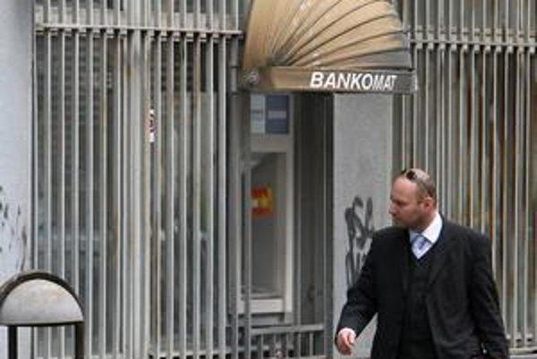 Občan nemusí byť privátnym klientom, aby získal v banke zľavu. Nie je to však celkom jednoduché.