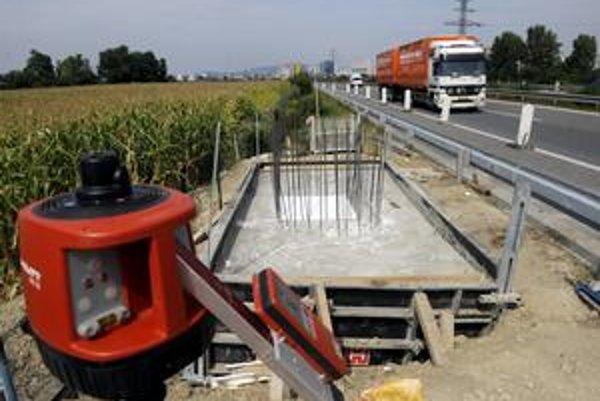 Postupne sa na Slovensku stavajú mýtne brány.  Jedným z dodávateľov je aj firma Towercom, často spájaná s finančnou skupinou J&T.