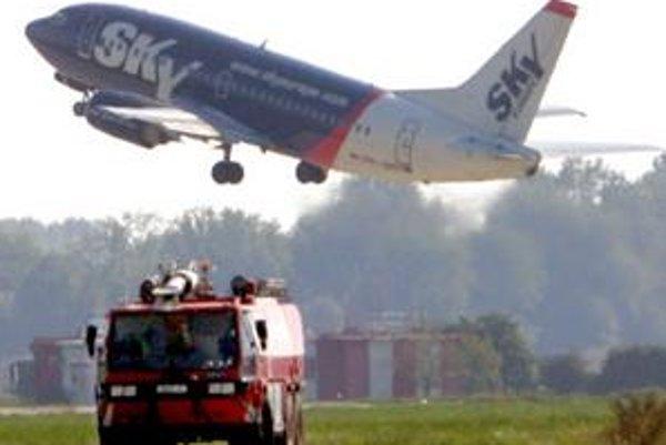 Nízkonákladový letecký prepravca bojuje s finančnými problémami. Lietať však plánuje podľa plánu.