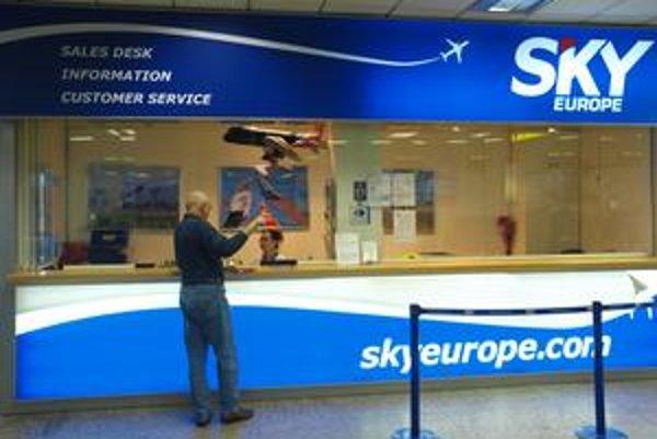 Kým bratislavské letisko tvrdí, že SkyEurope mu platí načas, letisko v Košiciach uviedlo, že aerolinky si neplnia ani aktuálne záväzky. Preto chce od nich peniaze vopred.