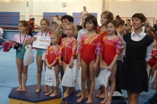 Prievidzské gymnastky na stupni pre víťazov.