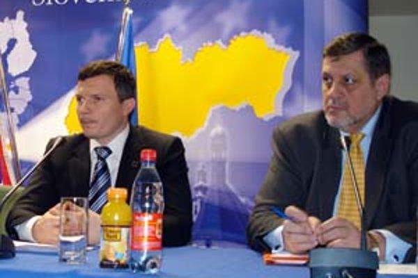Minister financií Ján Počiatek (vľavo) odovzdal v slovinskom Brde oficiálnu žiadosť únii o prijatie eura.
