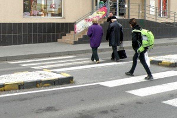 Na priechode pred Okresným súdom v Prievidzi chýbajú bezbariérové nábehy na chodníky.