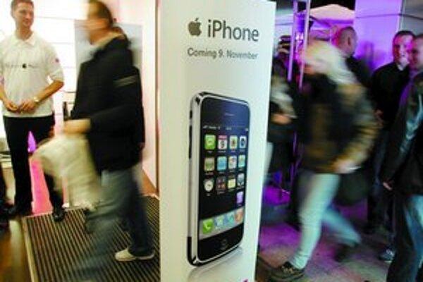 V Nemecku aj v USA stáli tesne pred spustením predaja iPhonu rady záujemcov.