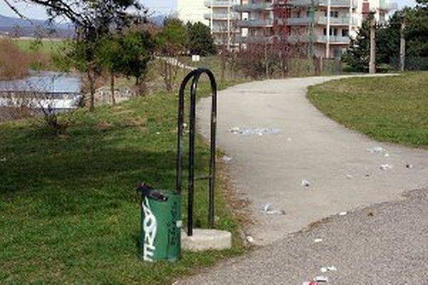 Smetné koše sú terčom vandalov hlavne počas víkendov.