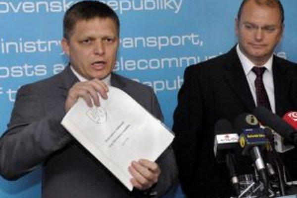 Vláda sa nakoniec postavila na stranu rezortu dopravy. Na fotke premiér Robert Fico a minister dopravy Ľubomír Vážny (vpravo).