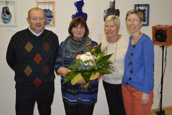 Autorka výstavy Zlatica Jurišová-Plešková (druhá zľava) spolu s manželom a priateľmi.