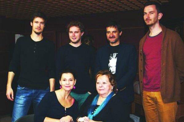 Tvorivý tím novej inscenácie – dolu zľava Lenka Barilíková, dramaturgička Jana Liptáková, hore zľava Juraj Ďuriš, Marián Viskup, režisér Michal Spišák aJakub Rybárik.