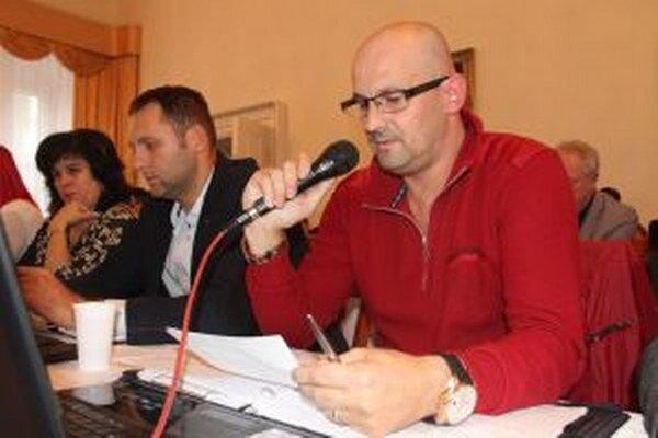 Poslanec Roman Šíra tvrdí, že exprimátorka odsúdená za podvod si krátko pred rozsudkom upratala svojho nominanta. Poslúžilo jej na to zohrané výberové konanie.