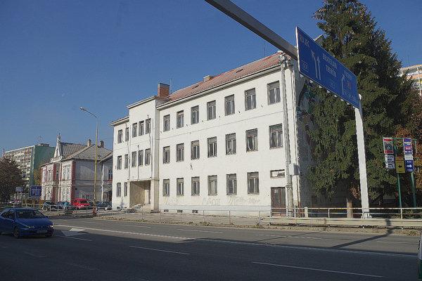 Objekt bývalej vojenskej správy je v centre mesta.
