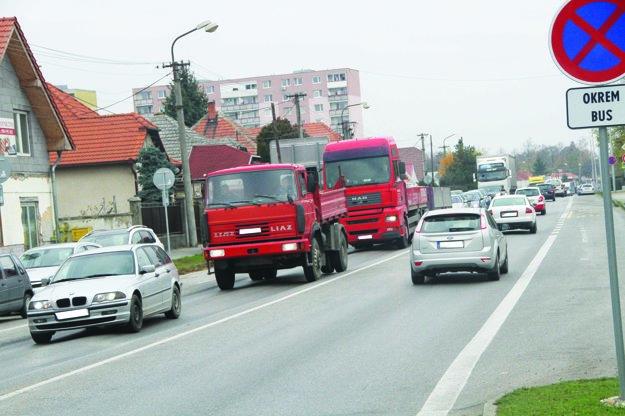 Mestom prejde množstvo nákladnej a kamiónovej dopravy.